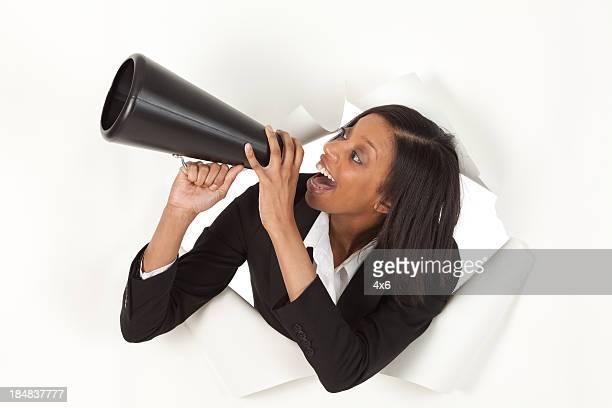 新興ビジネスウーマンスルーホールの紙叫ぶをウシツノ - 出現 ストックフォトと画像