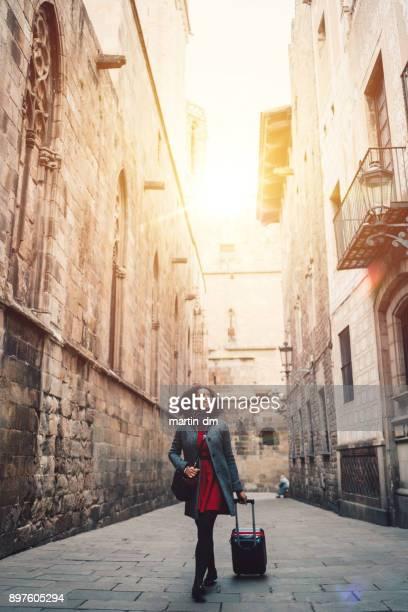 empresária, apreciando a beleza de barcelona - turismo urbano - fotografias e filmes do acervo