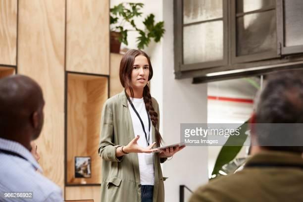businesswoman explaining plan at convention center - discurso fotografías e imágenes de stock