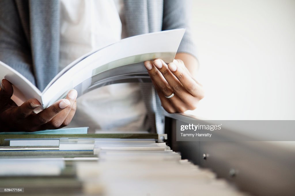 Businesswoman filing : Bildbanksbilder
