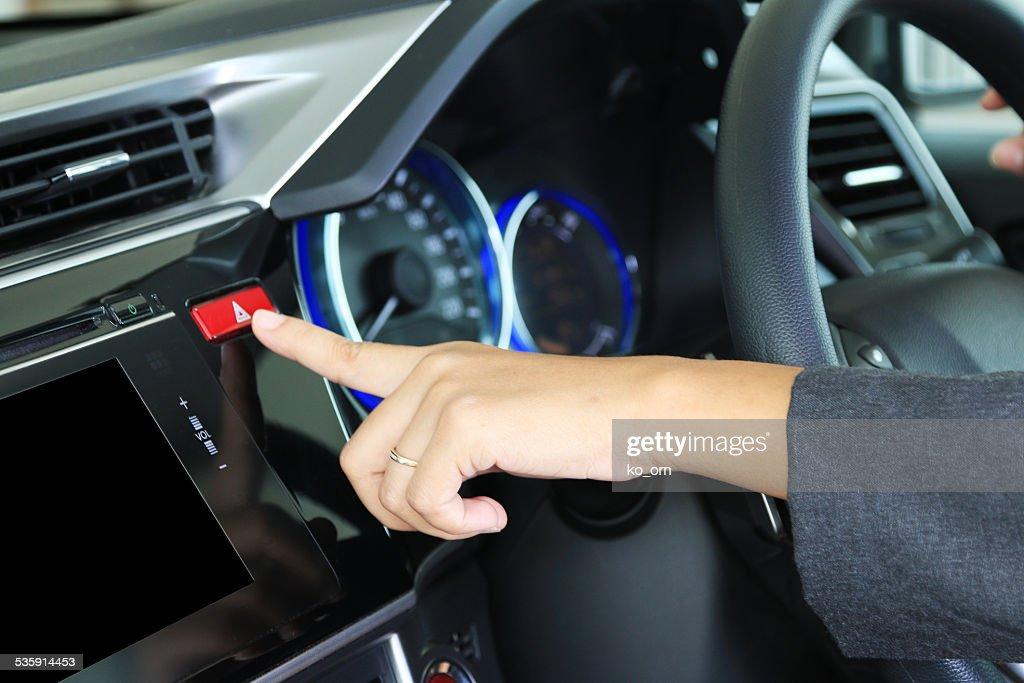 Empresaria con el dedo presionando triángulo de advertencia de peligro roja de botón : Foto de stock