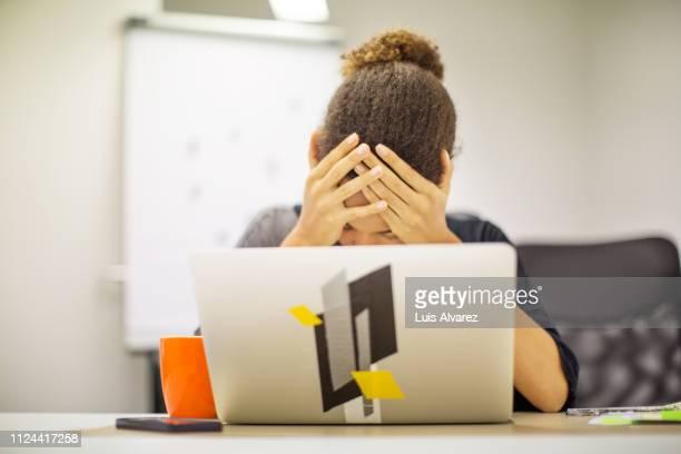 businesswoman frustrated by bad new at office desk - preocupado fotografías e imágenes de stock