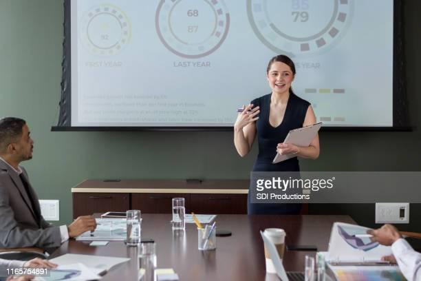 プレゼンテーション中のビジネスウーマンのジェスチャー - 運営委員会 ストックフォトと画像