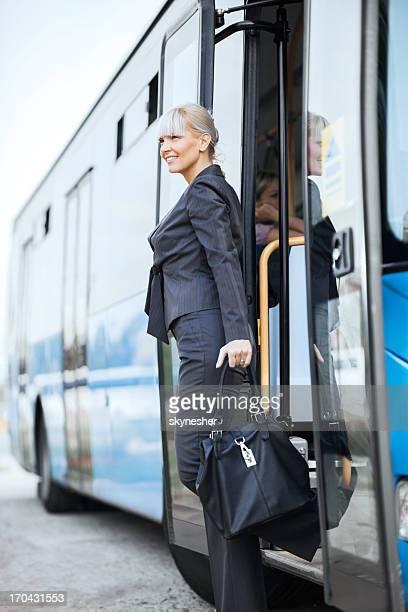Femme d'affaires se rendre sur les bus.