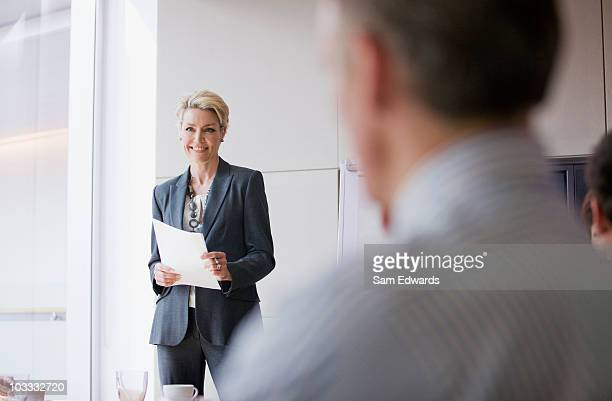 businesswoman giving presentation in conference room - 40 49 jaar stockfoto's en -beelden