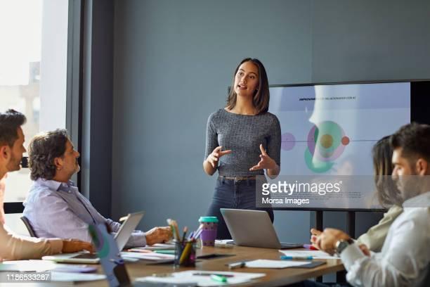 geschäftsfrau bei der präsentation in der besprechung - vortrag stock-fotos und bilder