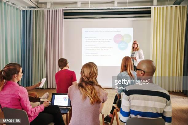 Geschäftsfrau, die Präsentation an Kollegen