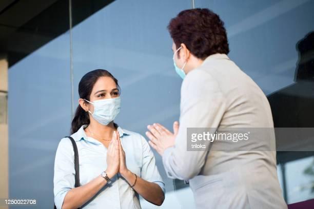 homme d'affaires saluant l'homme d'affaires évitant des poignées de main - éviter de se serrer la main photos et images de collection