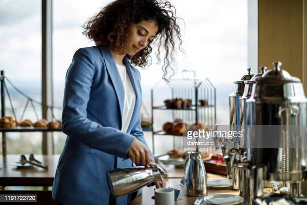femme d'affaires ayant la coupure de café à la réunion d'affaires - lunch photos et images de collection