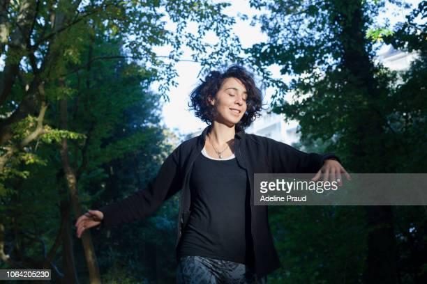 young woman doing outdoor sport - fleecejas stockfoto's en -beelden