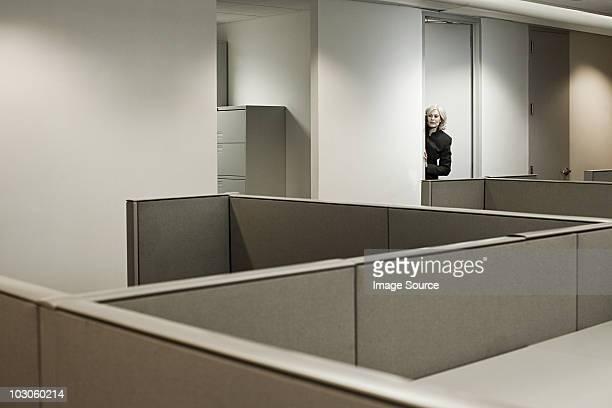 Mujer de negocios en oficina esconde