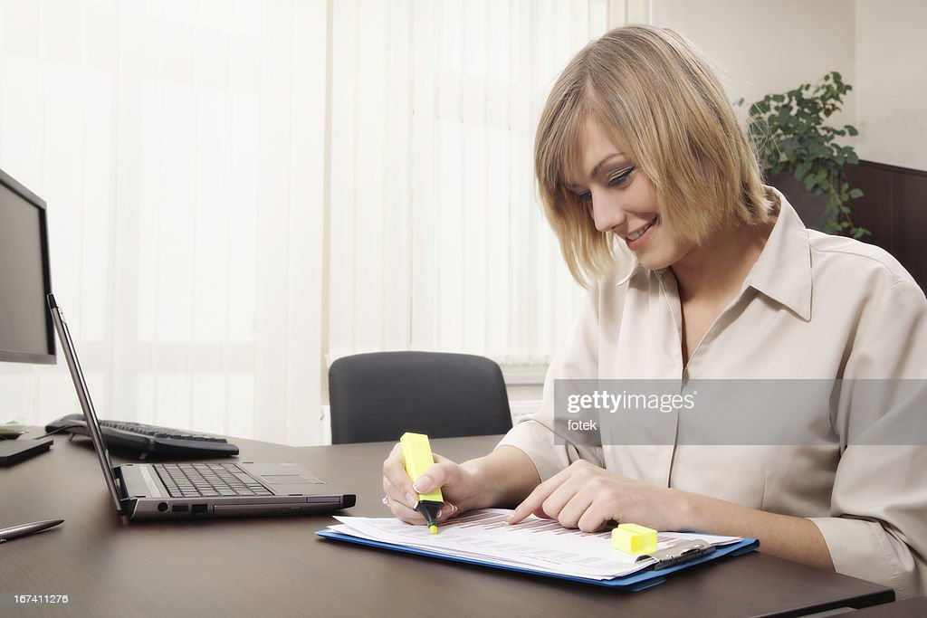 Businesswoman highlighting chart : Stock Photo
