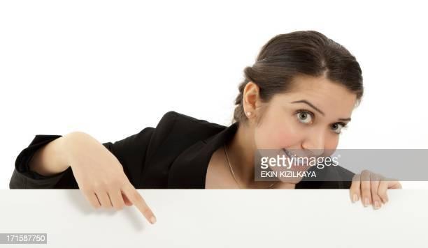 Femme d'affaires tenant un panneau d'affichage