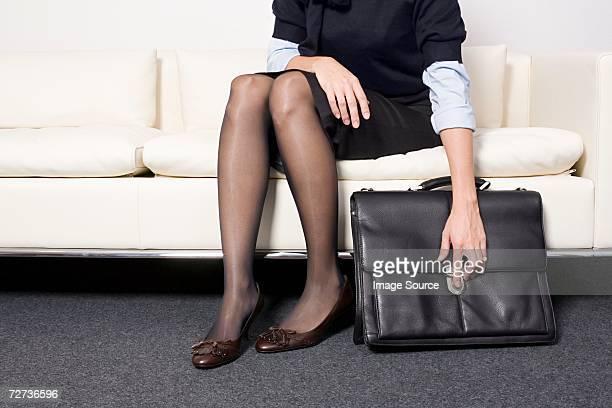 Geschäftsfrau hält eine Aktentasche