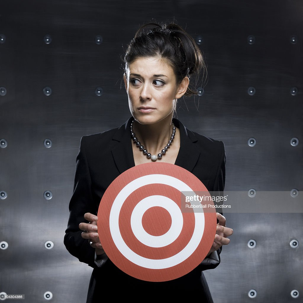 businesswoman holding a red bullseye : Stockfoto