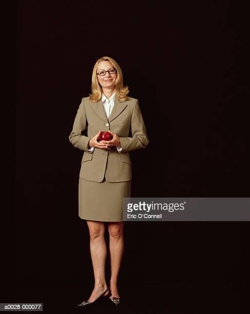 businesswoman holding apple - maduro fotografías e imágenes de stock
