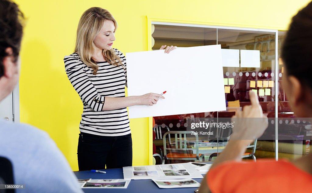 Empresária segurando em branco cartão : Foto de stock