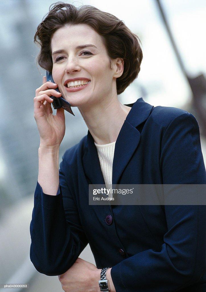 Businesswoman holding cell phone, portrait : Stockfoto