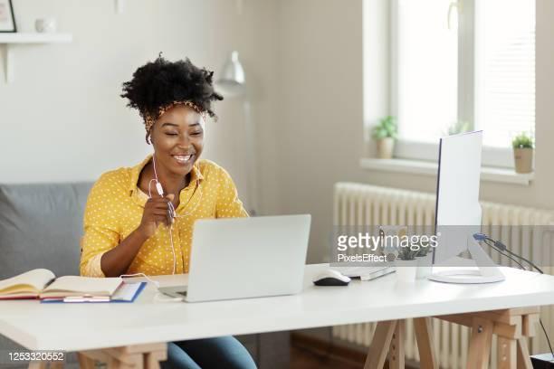 geschäftsfrau, die gespräche mit kunden online - interaktivität stock-fotos und bilder