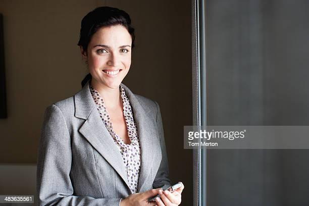 Businesswoman holding organizador electrónico