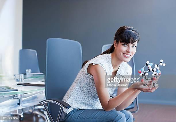 Geschäftsfrau holding-Molekül model im Konferenzraum