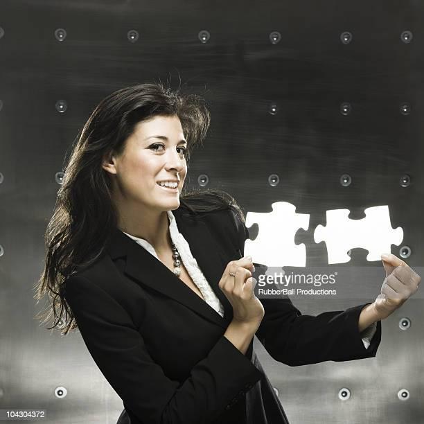 Geschäftsfrau holding zwei puzzle Stücke big