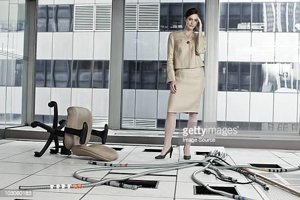 femme d'affaires dans le bureau a l'abandon - banqueroute photos et images de collection