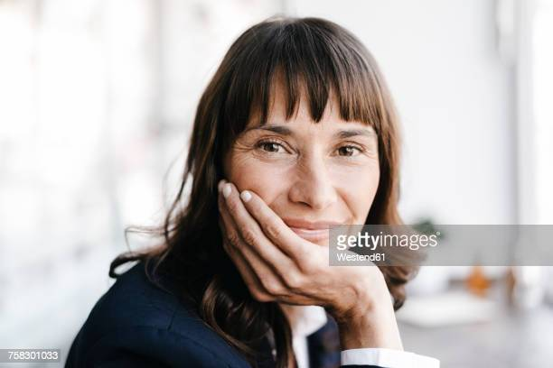 businesswoman in cafe, smiling - 40 44 jaar stockfoto's en -beelden
