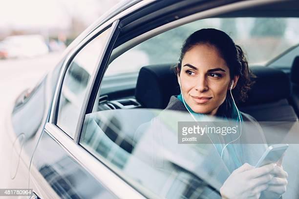Empresaria en automóvil