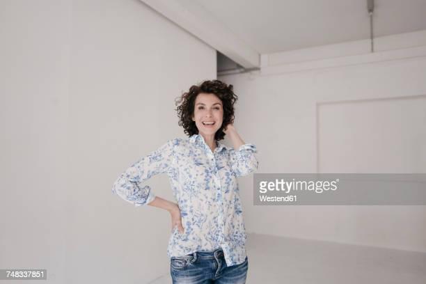 businesswoman in casual wear, looking happy - vestuário de trabalho imagens e fotografias de stock