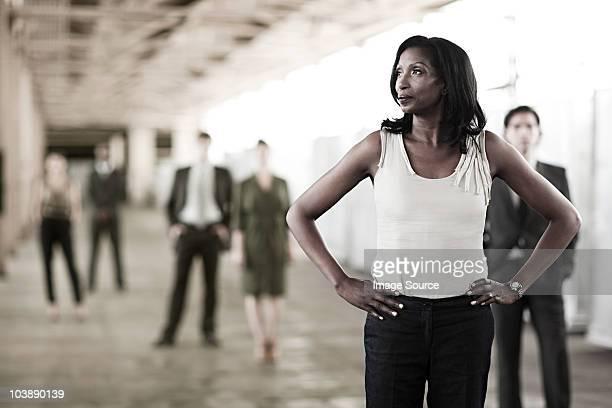 businesswoman in focus - handen op de heupen stockfoto's en -beelden