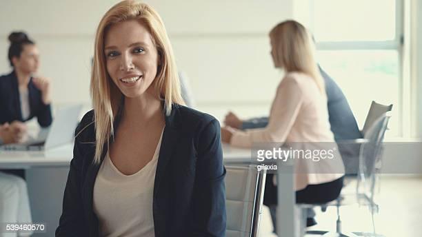 Geschäftsfrau vor ihr team.