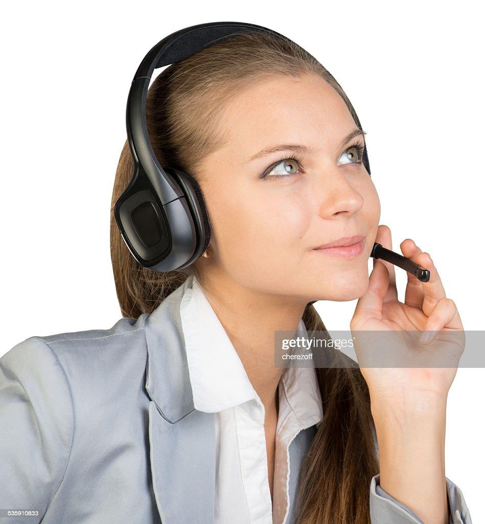 Mulher de negócios com auscultadores com microfone, com os dedos no Microfone boom : Foto de stock