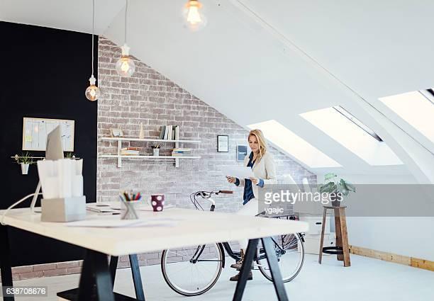 Donna d'affari nel suo ufficio.