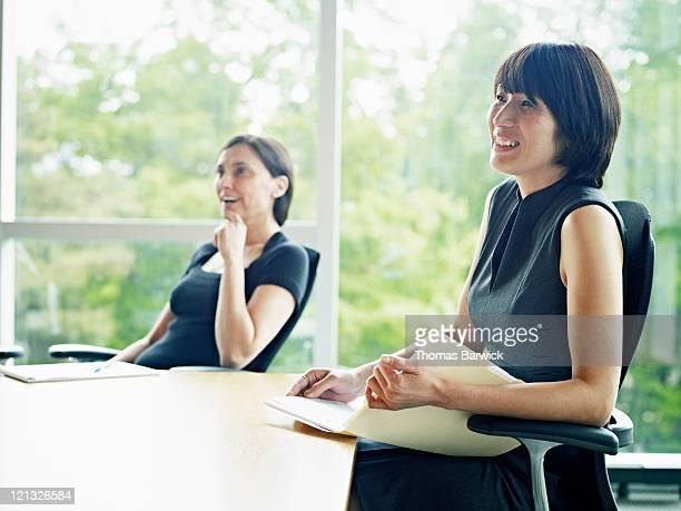 businesswoman in meeting in conference room - genderblend stockfoto's en -beelden