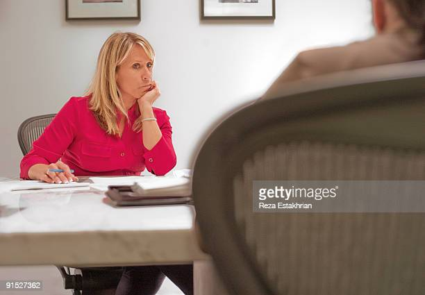 businesswoman in meeting - weibliche angestellte stock-fotos und bilder