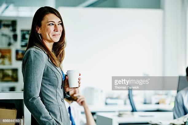 businesswoman in meeting with colleagues - independência - fotografias e filmes do acervo
