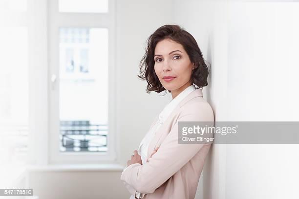 businesswoman in office - oliver eltinger stock-fotos und bilder