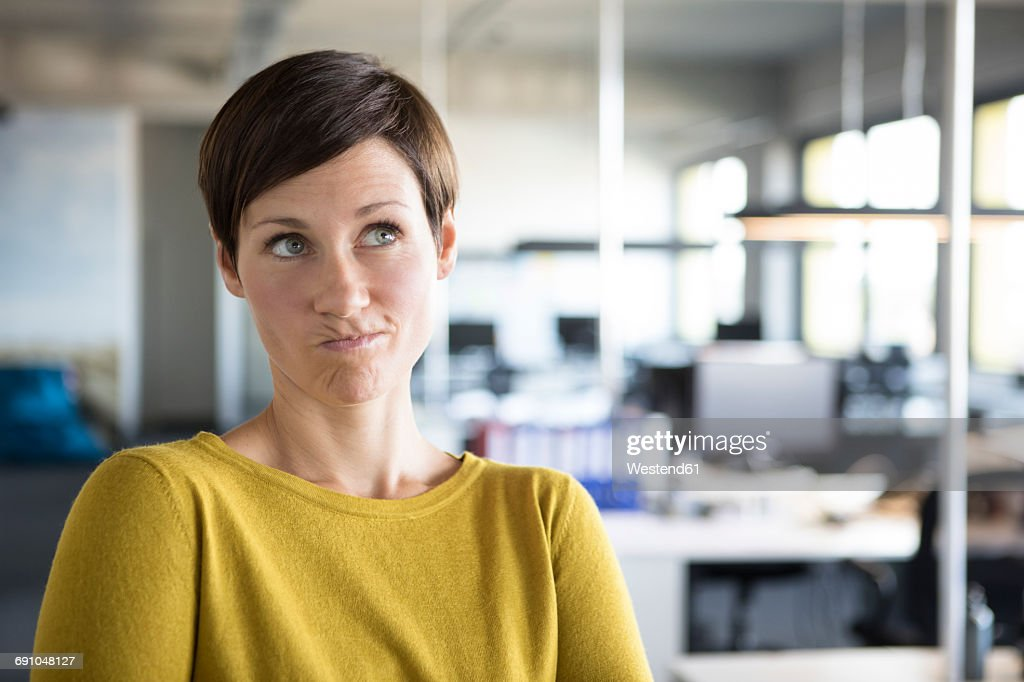 Businesswoman in office thinking : Stock-Foto