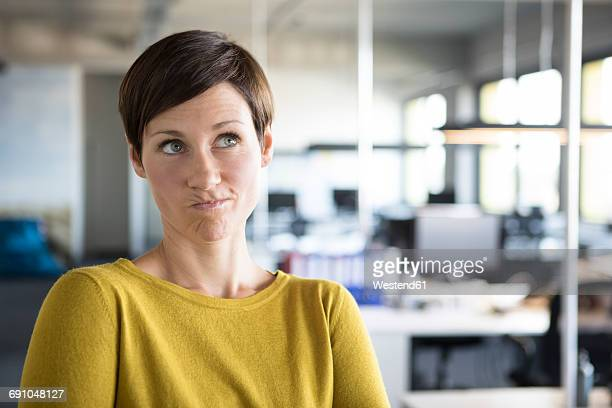 businesswoman in office thinking - beschaulichkeit stock-fotos und bilder