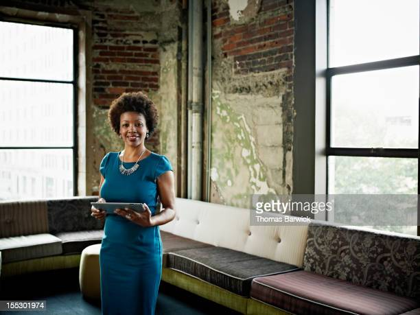 businesswoman in office with digital tablet - african woman - fotografias e filmes do acervo