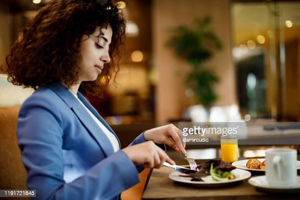レストランのビジネスウーマン - フランス料理 ストックフォトと画像