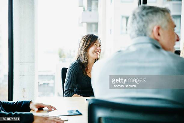 businesswoman in team meeting in office - finanzen und wirtschaft stock-fotos und bilder