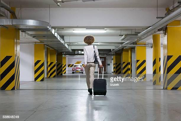 Empresaria en el estacionamiento subterráneo