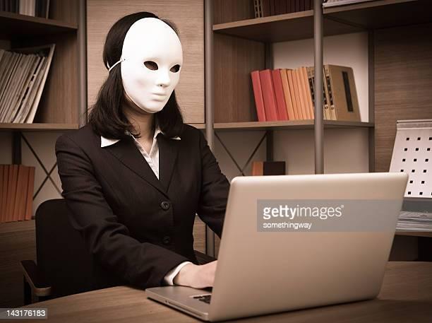 Mulher de Negócios está woking na frente do computador