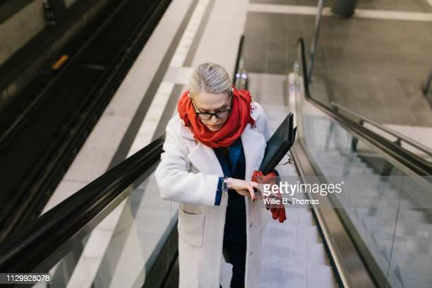 businesswoman late for work - woman hurry stockfoto's en -beelden