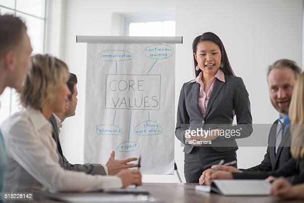 Geschäftsfrau führt eine Tagung