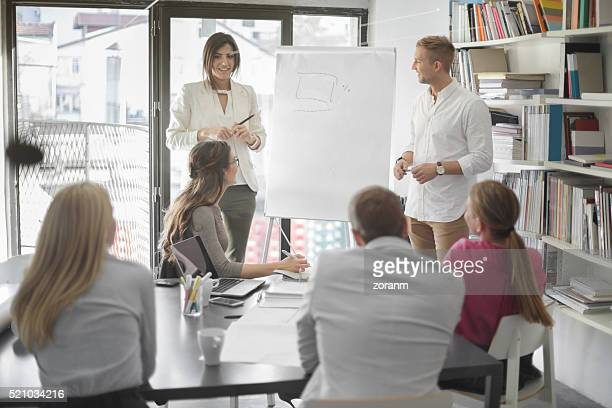 Empresária levando uma apresentação