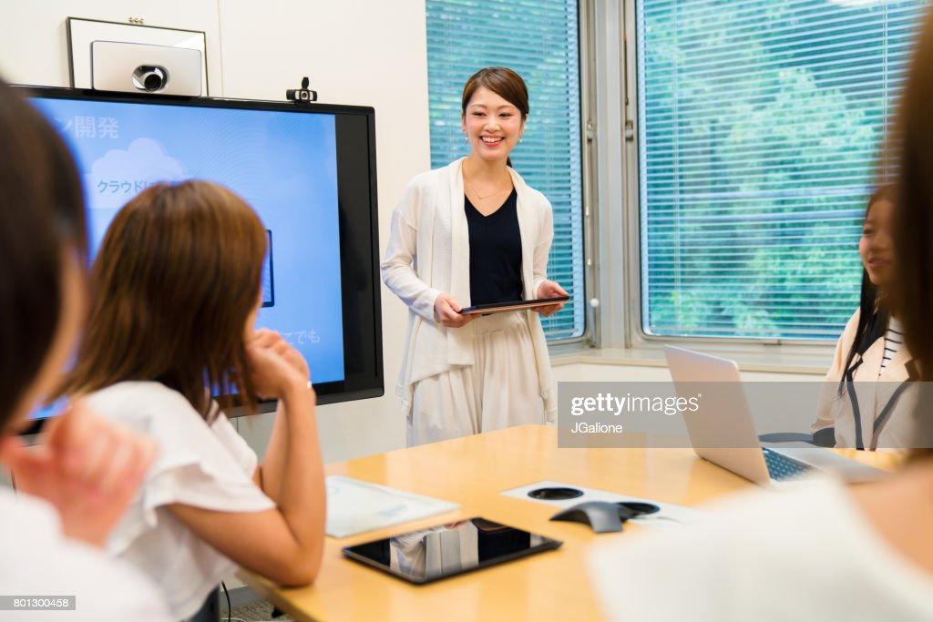 実業家の会議室で会議をリード : ストックフォト