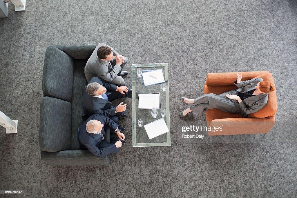 Empresária de ponta para reuniões com colegas de trabalho no lobby : Foto de stock